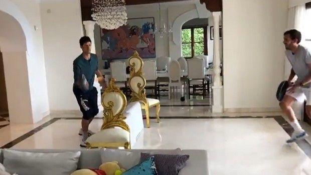 Ο Τζόκοβιτς παίζει τένις με τηγάνι