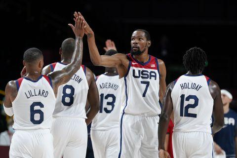 Ο Κέβιν Ντουράντ και οι συμπαίκτες του πανηγυρίζουν τη νίκη επί της Τσεχίας στο ολυμπιακό τουρνουά του Τόκιο