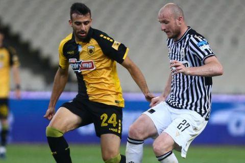 Κρμέντσικ και Σβάρνας μάχονται για την μπάλα στο ΑΕΚ - ΠΑΟΚ για τα playoffs της Super League Interwetten.