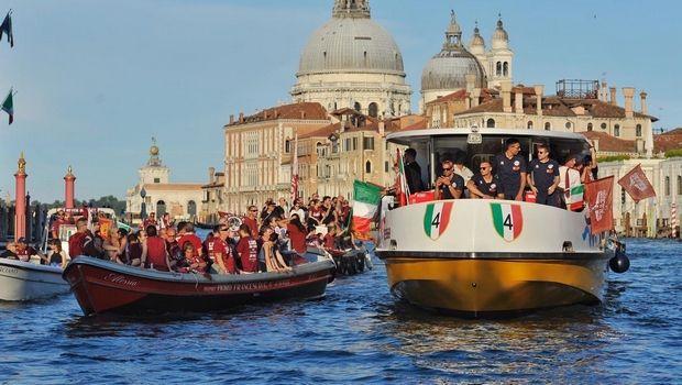 Βενέτσια: Παρέλαση για το Scudetto με σκάφη και βάρκες