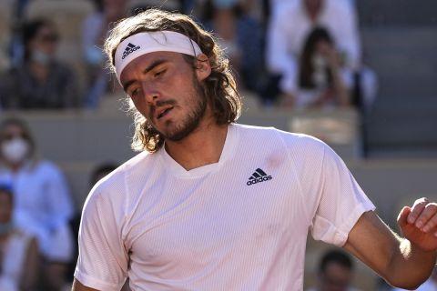 Ο Στέφανος Τσιτσιπάς απογοητευμένος στο τουρνουά του Roland Garros