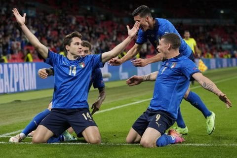 Ο Κίεζα πανηγυρίζει με τους συμπαίκτες του γκολ στο Ιταλία - Αυστρία για το Euro 2020.