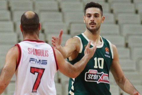 Βασίλης Σπανούλης και Ιωάννης Παπαπέτρου σε στιγμιότυπο από το Παναθηναϊκός - Ολυμπιακός για τη EuroLeague 2020/21