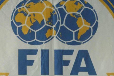 ÁÈÇÍÁ - ÓÕÍÅÍÔÅÕÎÇ ÔÕÐÏÕ ÔÏÕ ÐÑÏÅÄÑÏÕ ÔÇÓ FIFA ÃÉÏÆÅÖ ÌÐËÁÔÅÑ. ÓÔÇ ÖÙÔÏ Ï ÐÑÏÅÄÑÏÓ ÔÇÓ FIFA ÃÉÏÆÅÖ ÌÐËÁÔÅÑ. FIFA President  Joseph Sepp Blatter answers questions behind an official soccer ball  of the Athens 2004 Olympic games during a press conference in Athens on Monday, Aug. 9, 2004. The Athens 2004 Summer Olympics begin on Friday. (AP Photo/Petros Giannakouris)