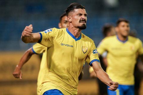 Ο Ιβάν Βαρόνε πανηγυρίζει γκολ στο Λαμία - Παναιτωλικός  για τη Super League Interwetten.