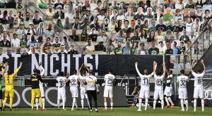Γκλάντμπαχ: Πανηγύρισαν οι παίκτες μπροστά στους χάρτινους φιλάθλους