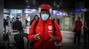 Κορονοϊός: Με μάσκες κάποιοι παίκτες του Ολυμπιακού στο αεροδρόμιο ενόψει Αρμάνι Μιλάνο