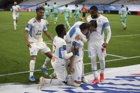 Οι παίκτες της Μαρσέιγ πανηγυρίζουν γκολ στο Βελοντρόμ σε αγώνα με την Ανζέ