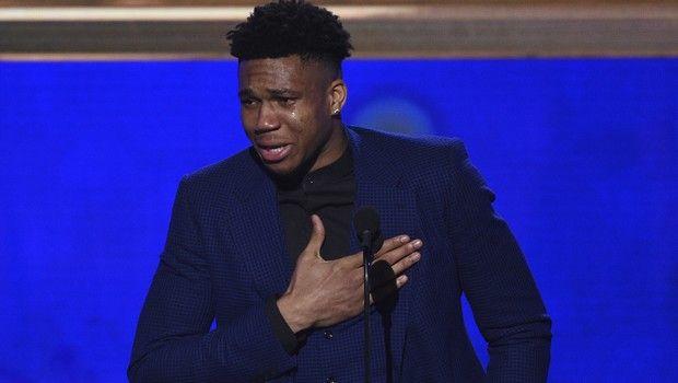 Συγκλονιστικός Γιάννης: Έβαλε τα κλάματα όταν παρέλαβε το βραβείο του MVP