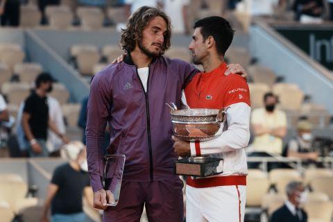 Στέφανος Τσιτσιπάς και Νόβακ Τζόκοβιτς μετά από το φινάλε του συγκλονιστικού μεταξύ τους τελικού στο Roland Garros 2021
