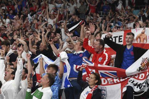 Οι οπαδοί της Αγγλίας πανηγυρίζουν την πρόκριση της εθνικής ομάδας της χώρας τους στον τελικό του Euro 2020