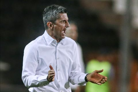 Ο προπονητής του ΠΑΟΚ, Ραζβάν Λουτσέσκου, σε στιγμιότυπο της αναμέτρησης με τη Ριέκα για τα playoffs του Europa Conference League 2021-2022 στο γήπεδο της Τούμπας   Πέμπτη 19 Αυγούστου 2021
