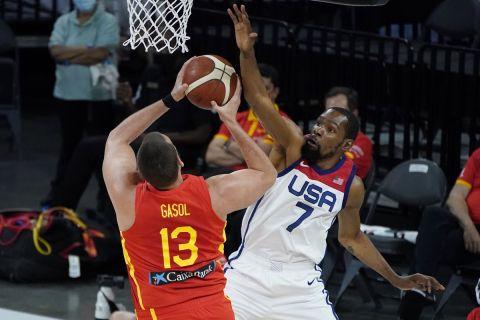 Ο Κέβιν Ντουράντ των ΗΠΑ με τον Μαρκ Γκασόλ της Ισπανίας σε στιγμιότυπο φιλικού προετοιμασίας για τους Ολυμπιακούς Αγώνες 2020, Λας Βέγκας | Κυριακή 18 Ιουλίου 2021