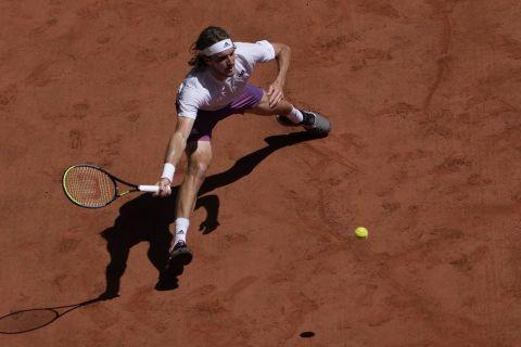 Ο Στέφανος Τσιτσιπάς στην αναμέτρησή του με τον Αλεξάντερ Ζβέρεφ για τα ημιτελικά του Roland Garros (11 Ιουνίου 2021)