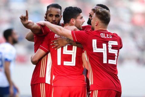 Οι παίκτες του Ολυμπιακού πανηγυρίζουν γκολ του Αραμπί κόντρα στον ΠΑΣ για τον ημιτελικό του Κυπέλλου Ελλάδας.