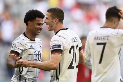 Ο Ρόμπιν Γκόζενς πανηγυρίζει με τον Γκνάμπρι γκολ της Γερμανίας κόντρα στην Πορτογαλία στο Euro 2020