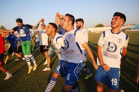 Οι παίκτες του Ηροδότου πανηγυρίζουν τη νίκη τους στα μπαράζ της Γ' Εθνικής