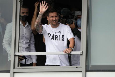 Ο Λιονέλ Μέσι χαιρετάει τους οπαδούς της Παρί