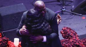 Η αγκαλιά του Μάτζικ Τζόνσον στη μητέρα του Κόμπι Μπράιαντ