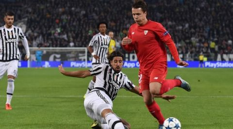 TURIN, ITALY - SEPTEMBER 30:  Sami Khedira (L) of Juventus tackles Yevhen Konoplyanka of Sevilla during the UEFA Champions League group E match between Juventus and Sevilla FC on September 30, 2015 in Turin, Italy.  (Photo by Valerio Pennicino/Getty Images)