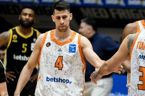 Ο Μιχάλης Λούντζης σε φάση από αγώνα Προμηθέας - ΑΕΚ στη Stoiximan Basket League 2020/21