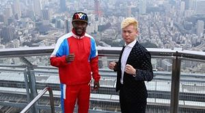O Mayweather επιδεικνύει τα 9.000.000 δολάρια που κέρδισε στην Ιαπωνία