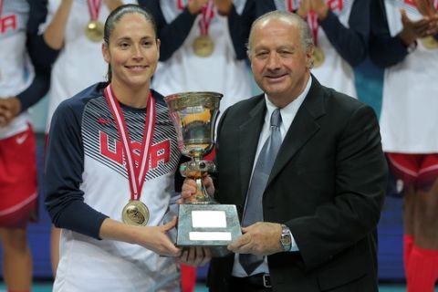 USA basketball players clap as Sue Bird receives their trophy from FIBA President Horacio Muratore, following their victory over Spain in the Basketball  World Championship for Women's final, at Fenerbahce Arena in Istanbul, Turkey, Sunday, Oct. 5, 2014. (AP Photo)