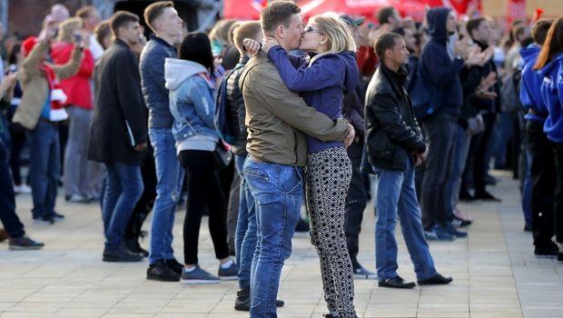 Φιλιούνται - αγκαλιάζονται οι Ρώσοι για τη νίκη στην πρεμιέρα