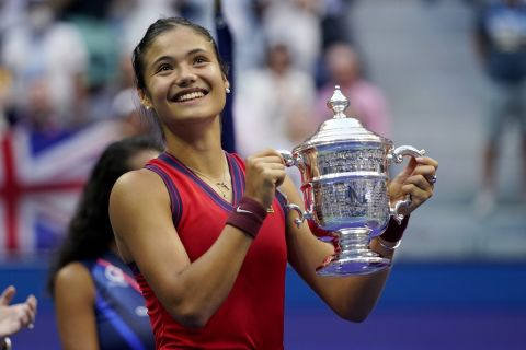 Η Έμμα Ραντουκάνου ποζάρει με το τρόπαιο του US Open