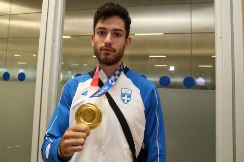 Ο Μίλτος Τεντόγλου ποζάρει με το μετάλλιο
