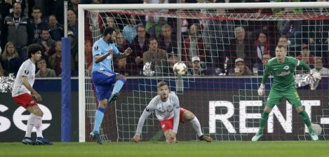 Marseille's Rolando, center, scores his side's first goal in the additional time during the Europa League semifinal second leg soccer match between FC Salzburg and Olympique Marseille in Salzburg, Austria, Thursday, May 3, 2018. (AP Photo/Matthias Schrader)