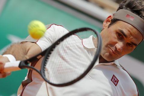 Ο Ρότζερ Φέντερερ σε φάση από αγώνα στο Roland Garros