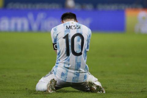 Ο Λιονέλ Μέσι λύγισε μετα την κατάκτηση του Copa America από την Αργεντινή