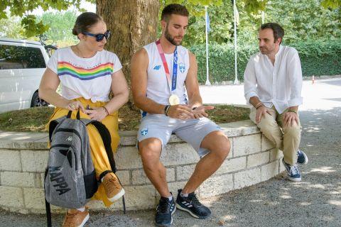 Ο Ολυμπιονίκης του Τόκιο με τους συντάκτες του SPORT24, Μαρία Καούκη και Πέτρο Παπαμακάριο