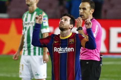 Ο Λιονέλ Μέσι πανηγυρίζει γκολ του κόντρα στην Μπέτις με τη φανέλα της Μπαρτσελόνα σε αγώνα της La Liga