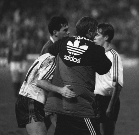 PA NEWS PHOTO 7/1/90 MANCHESTER UNITED F.C. MANAGER ALEX FERGUSON  CELEBRATING WITH SOME OF HIS PLAYERS AFTER MANCHESTER UNITED BEAT NOTTINGHAM FOREST 1-0 IN A CUP ROUND AT THE FOREST GROUND, NOTTINGHAM