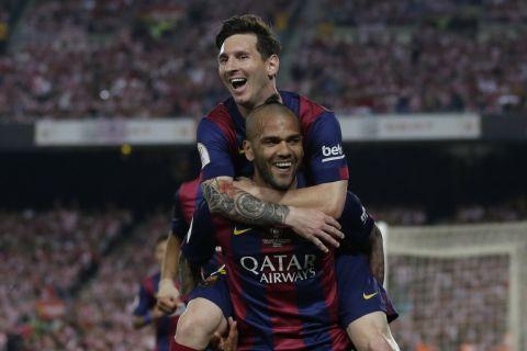 Μέσι και Άλβες πανηγυρίζουν το τρίτο γκολ της Μπαρτσελόνα κόντρα στην Μπιλμπάο στον τελικό του Copa del Rey