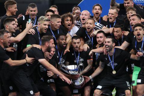 Η στιγμή της απονομής του Κυπέλλου στον ΠΑΟΚ