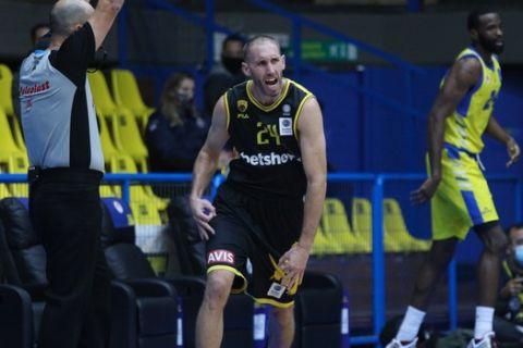 Ο Ματ Λοτζέσκι πανηγυρίζει ένα μεγάλο τρίποντο σε εκτός έδρας αγώνα της ΑΕΚ για τη Basket League