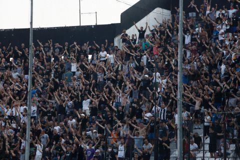 Οι φίλαθλοι του ΠΑΟΚ πανηγυρίζουν γκολ της ομάδας τους κόντρα στην Μποέμιανς