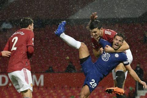 Ο Μαγκουάιρ προσπαθεί να σταματήσει τον Αθπιλικουέτα σε ματς της Μάντσεστερ Γιουνάιτεντ με την Τσέλσι για την Premier League