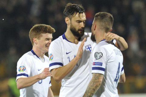 Ο Τιμ Σπαρβ πανηγυρίζει γκολ της Φινλανδίας κόντρα στην Αρμενία για το Euro 2020.