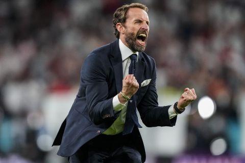 Ο Γκάρεθ Σάουθγκεϊτ πανηγυρίζει την πρόκριση της Αγγλίας στον τελικό του Euro 2020 απέναντι στην Δανία