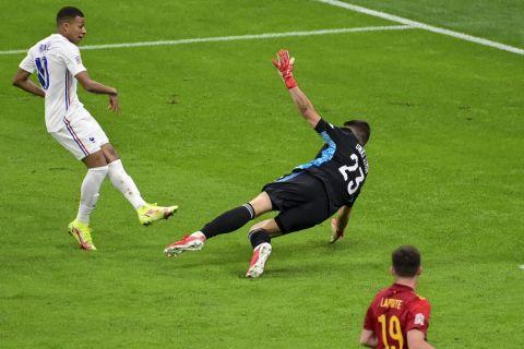 Ο Εμπαπέ σουτάρει για το 2-1 της Γαλλίας κόντρα στην Ισπανία στο Nations League