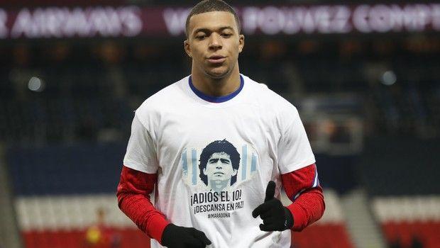 Οι παίκτες της Παρί Σεν Ζερμέν φόρεσαν φανέλες με το πρόσωπο του Ντιέγκο Μαραντόνα για να τιμήσουν τη μνήμη του Αργεντινού θρύλου της μπάλας