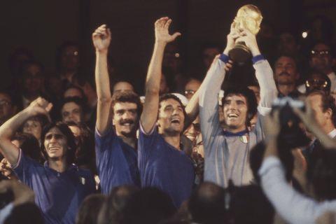 Οι παίκτες της εθνικής Ιταλίας πανηγυρίζουν την κατάκτηση του Παγκοσμίου Κυπέλλου το 1982 μετά τον τελικό με την Δυτική Γερμανία