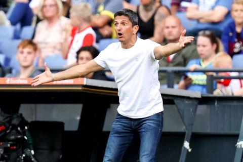 Ο Λουτσέσκου δίνει οδηγίες στην αναμέτρηση του ΠΑΟΚ με τη Φέγενορντ σε φιλικό στην Ολλανδία.