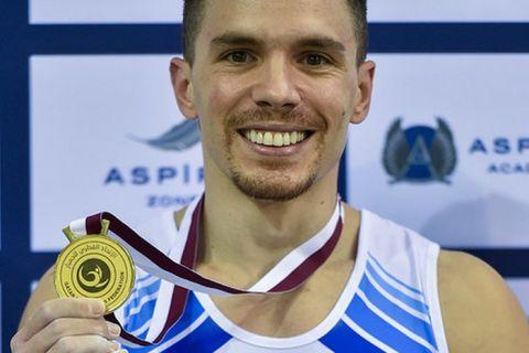 Ο Λευτέρης Πετρούνιας με το χρυσό μετάλλιο ανά χείρας και ένα πλατύ χαμόγελο ζωγραφισμένο στο πρόσωπο
