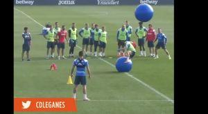 Λεγανές: Οι παίκτες προσπαθούν να αποφύγουν τις τεράστιες πλαστικές μπάλες