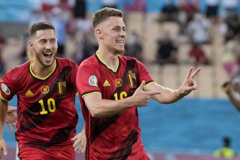 """Ο Τοργκάν Αζάρ του Βελγίου πανηγυρίζει γκολ που σημείωσε κόντρα στην Πορτογαλία για τη φάση των 16 του Euro 2020 στο """"Καρτούχα"""", Σεβίλλη   Κυριακή 27 Ιουνίου 2021"""